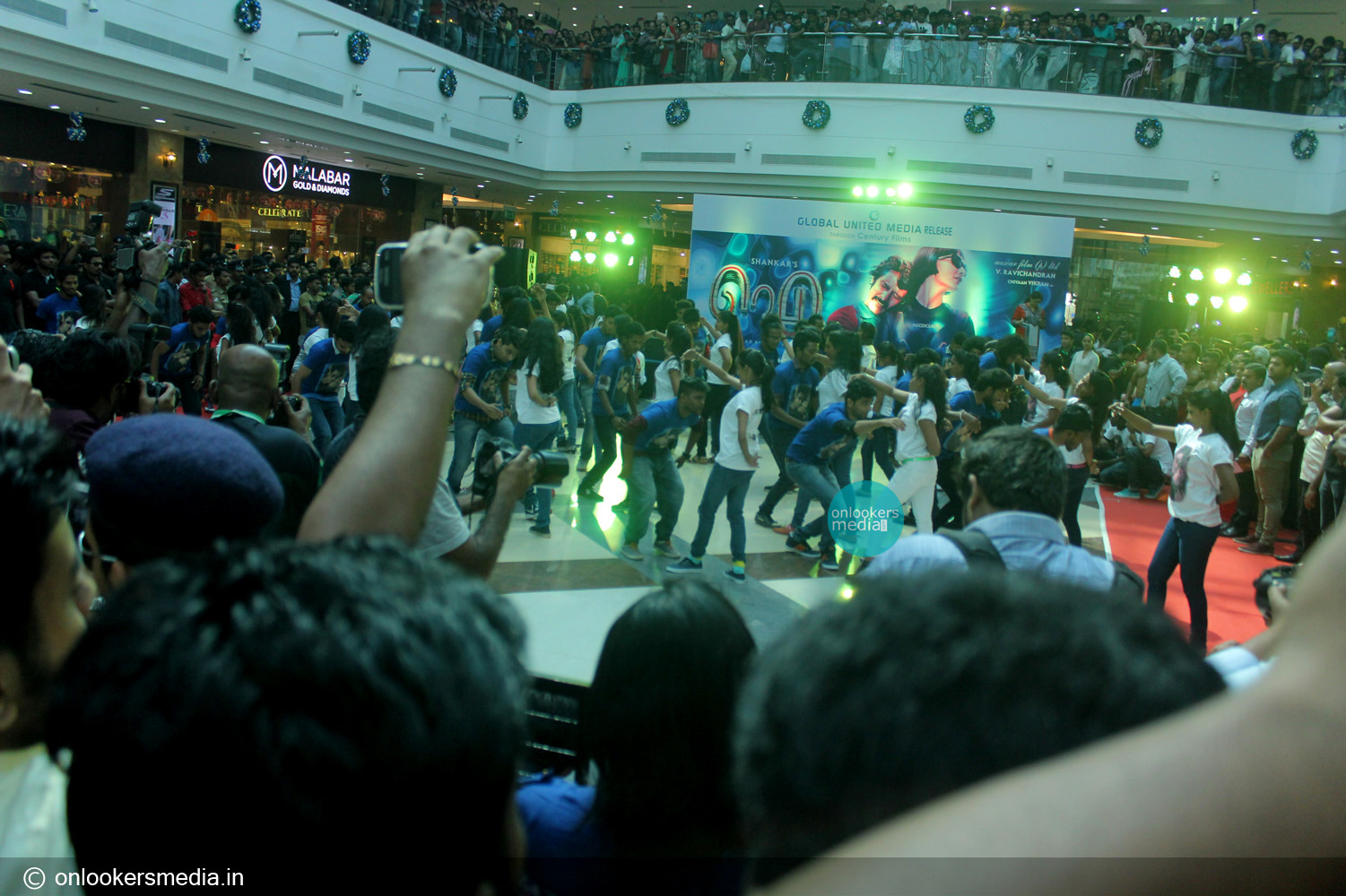 http://onlookersmedia.in/wp-content/uploads/2015/01/I-promotional-function-at-Lulu-mall-Kerala-Vikram-Amy-Jackson-Onlookers-Media-31.jpg