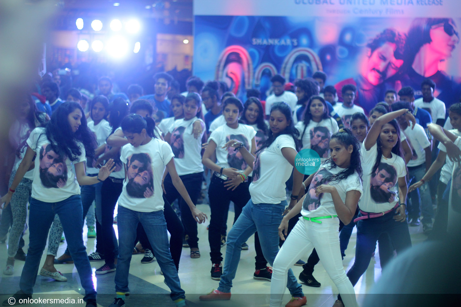 http://onlookersmedia.in/wp-content/uploads/2015/01/I-promotional-function-at-Lulu-mall-Kerala-Vikram-Amy-Jackson-Onlookers-Media-36.jpg