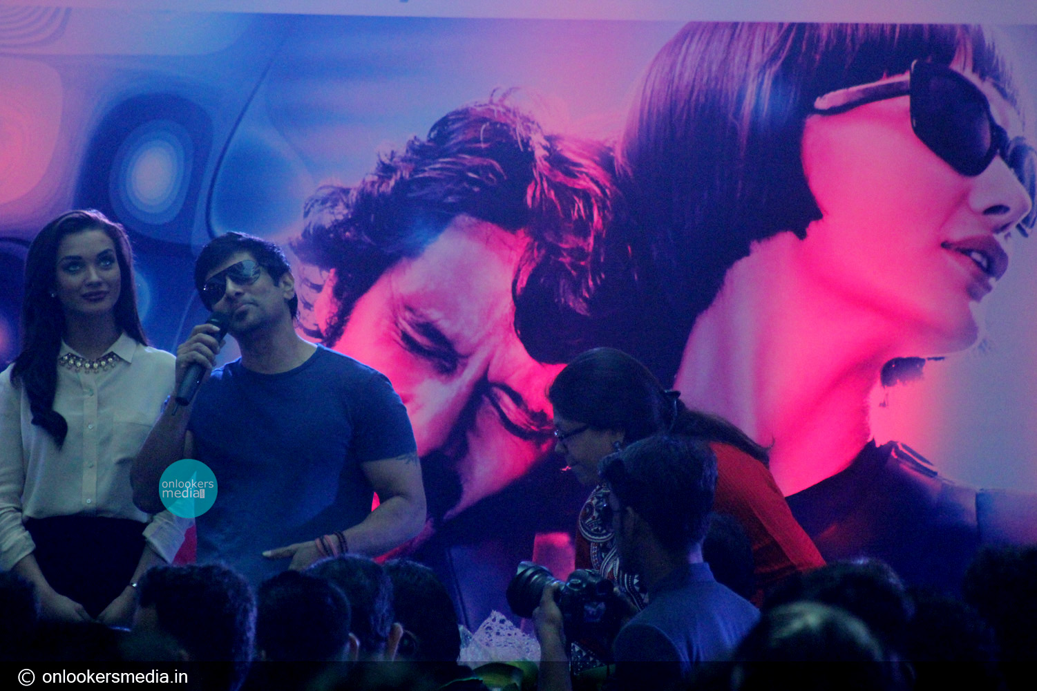 http://onlookersmedia.in/wp-content/uploads/2015/01/Vikram-at-Lulu-mall-for-I-promotional-event-Amy-Jackson-Onlookers-Media-13.jpg
