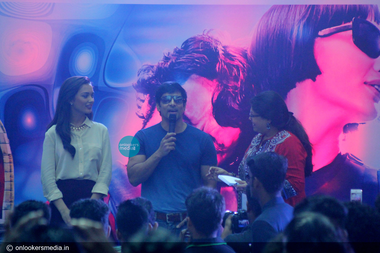 http://onlookersmedia.in/wp-content/uploads/2015/01/Vikram-at-Lulu-mall-for-I-promotional-event-Amy-Jackson-Onlookers-Media-15.jpg