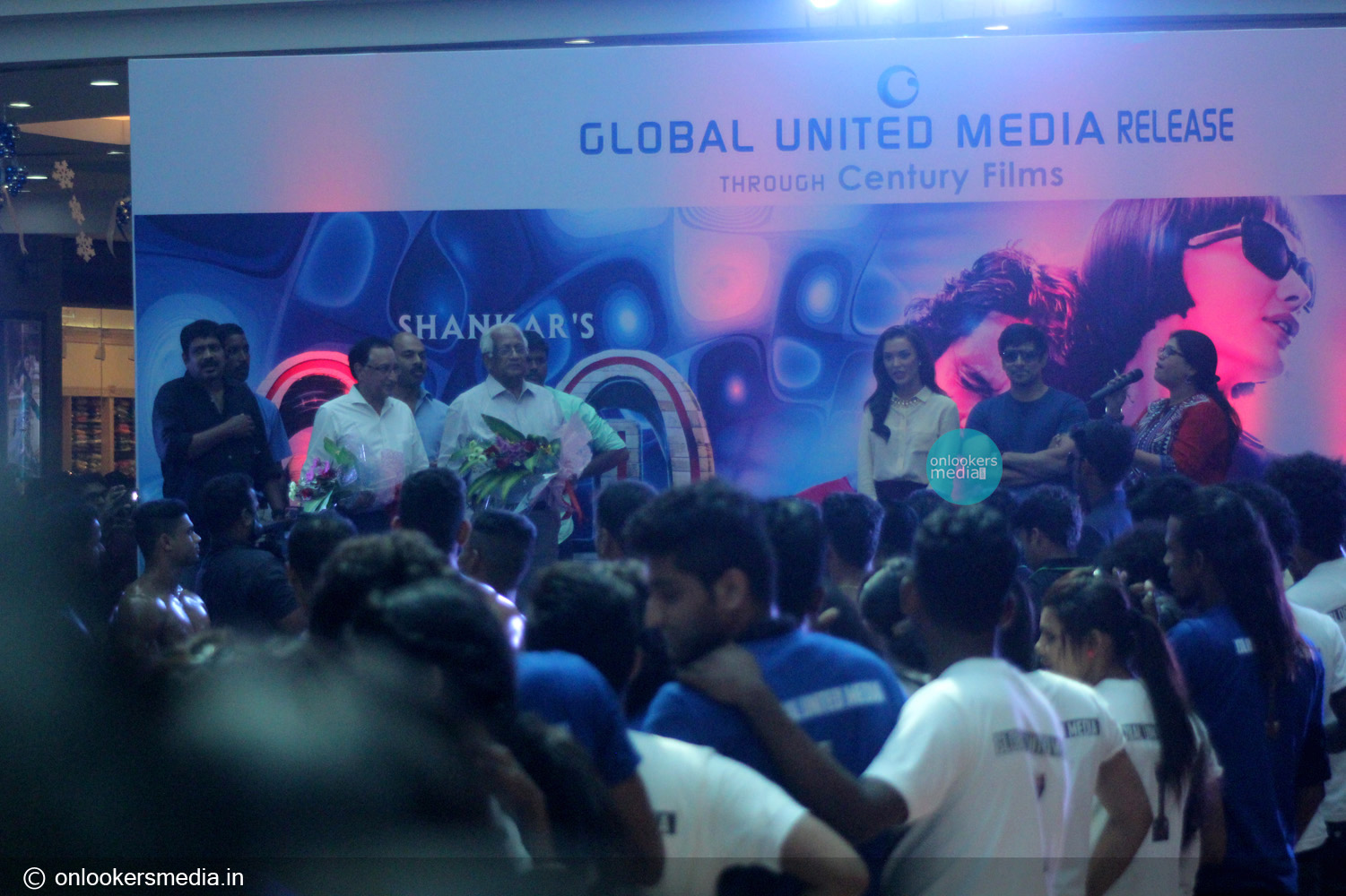 http://onlookersmedia.in/wp-content/uploads/2015/01/Vikram-at-Lulu-mall-for-I-promotional-event-Amy-Jackson-Onlookers-Media-18.jpg