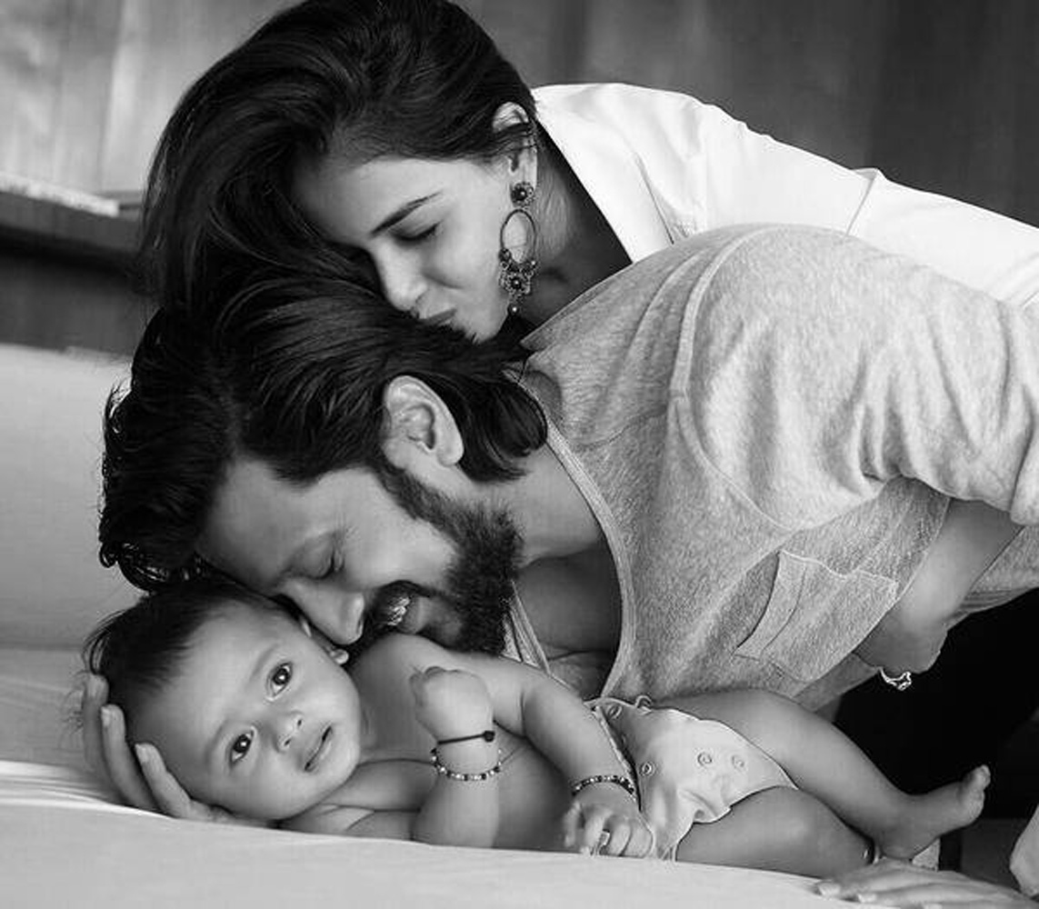 http://onlookersmedia.in/wp-content/uploads/2015/05/Riteish-Deshmukh-Genelia-Family-Stills-Images-Photos-Bollywood-Movie-Onlookers-Media-1.jpg