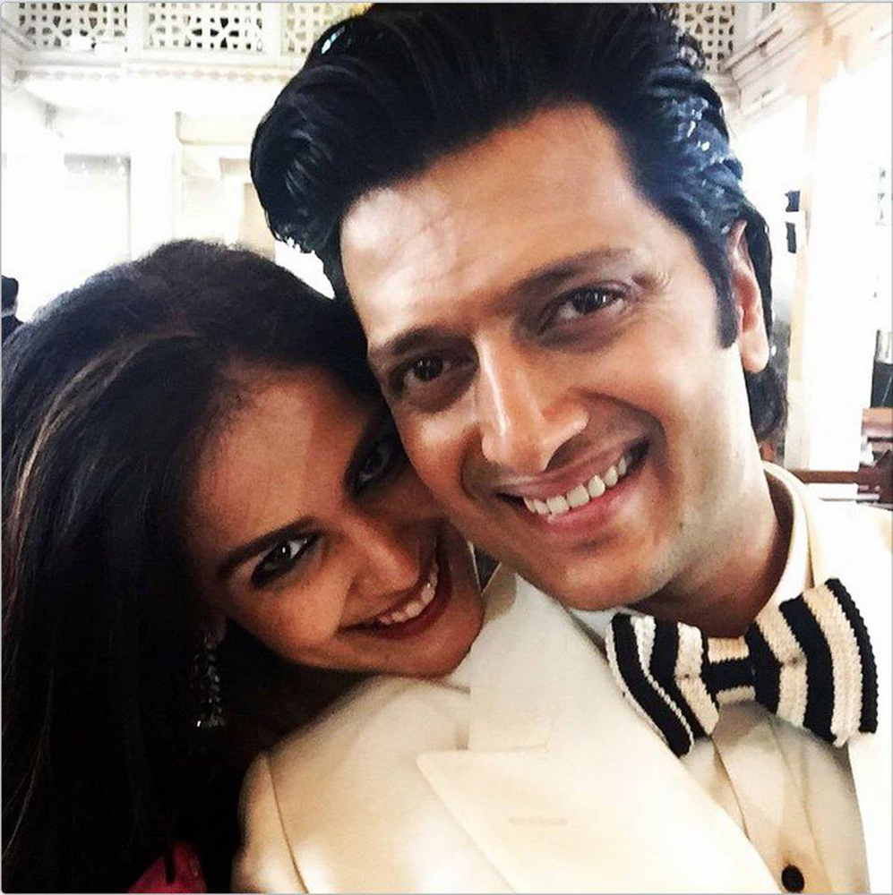 http://onlookersmedia.in/wp-content/uploads/2015/05/Riteish-Deshmukh-Genelia-Family-Stills-Images-Photos-Bollywood-Movie-Onlookers-Media-29.jpg