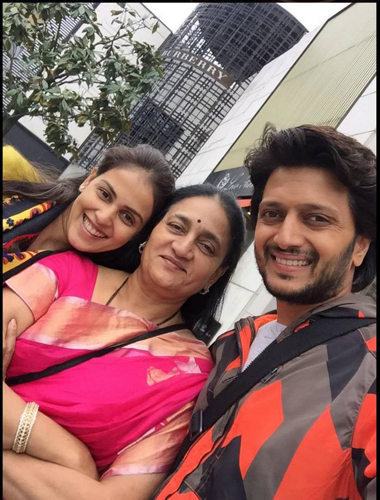 http://onlookersmedia.in/wp-content/uploads/2015/05/Riteish-Deshmukh-Genelia-Family-Stills-Images-Photos-Bollywood-Movie-Onlookers-Media-30.jpg
