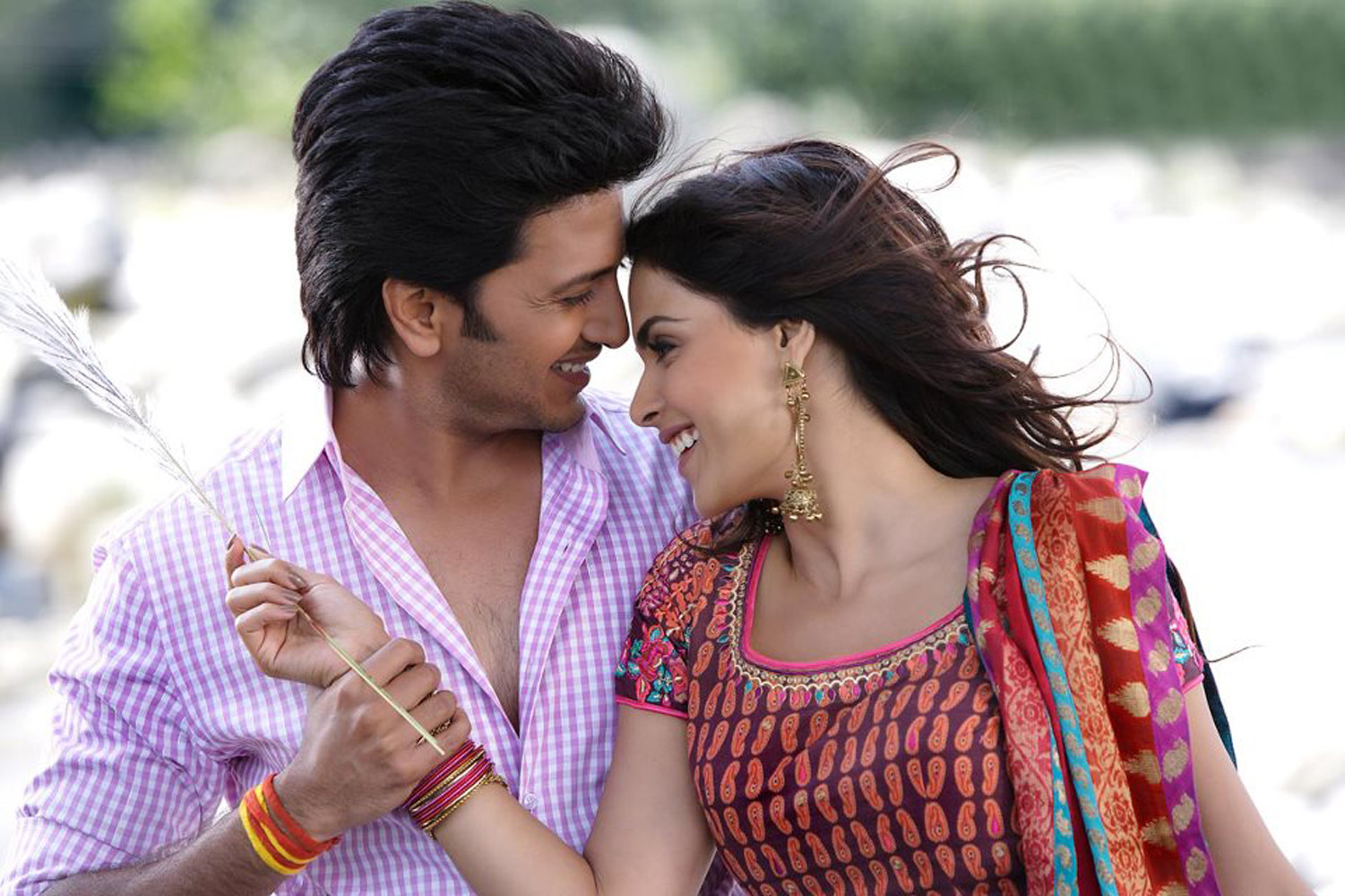 http://onlookersmedia.in/wp-content/uploads/2015/05/Riteish-Deshmukh-Genelia-Family-Stills-Images-Photos-Bollywood-Movie-Onlookers-Media-6.jpg
