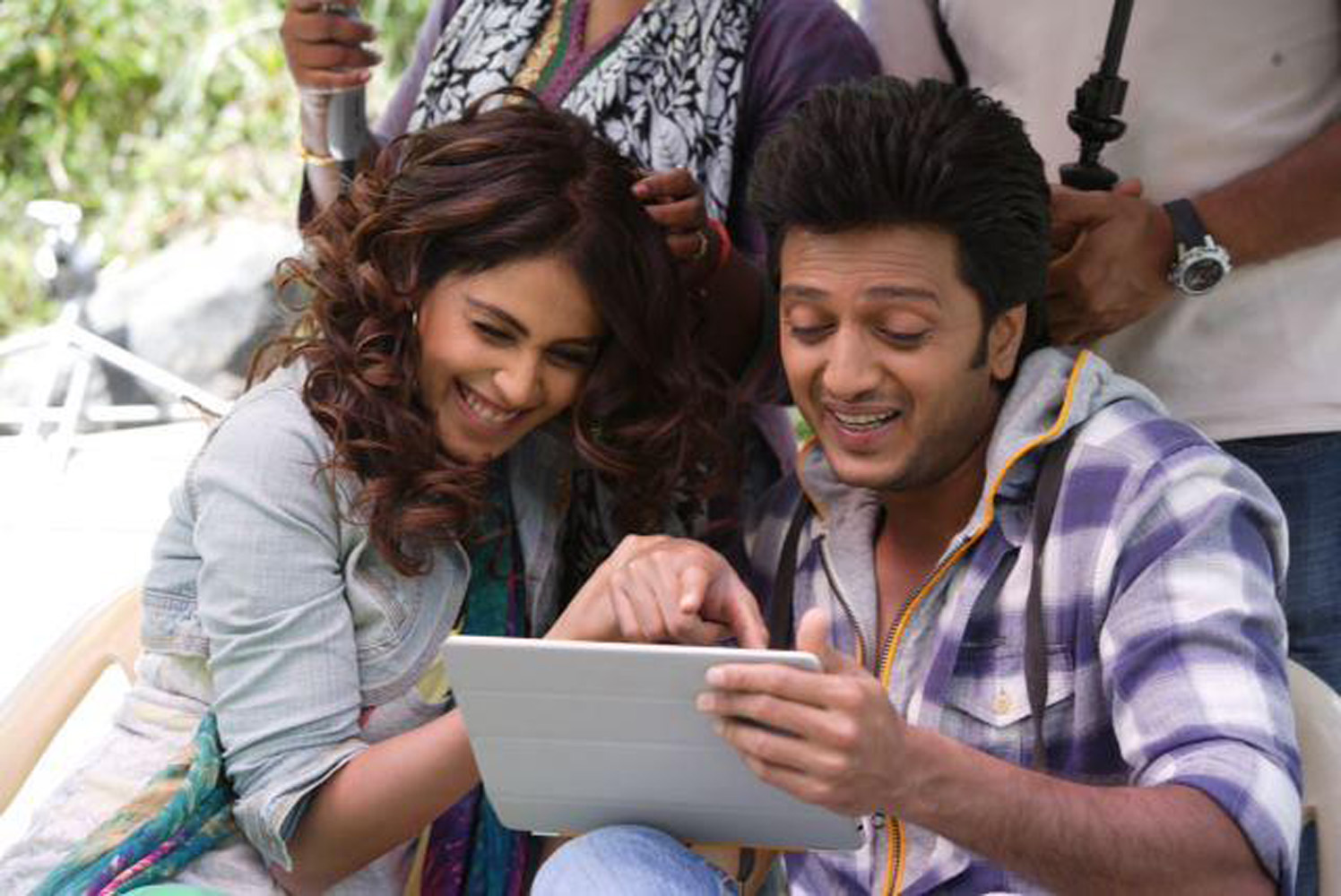 http://onlookersmedia.in/wp-content/uploads/2015/05/Riteish-Deshmukh-Genelia-Family-Stills-Images-Photos-Bollywood-Movie-Onlookers-Media-7.jpg