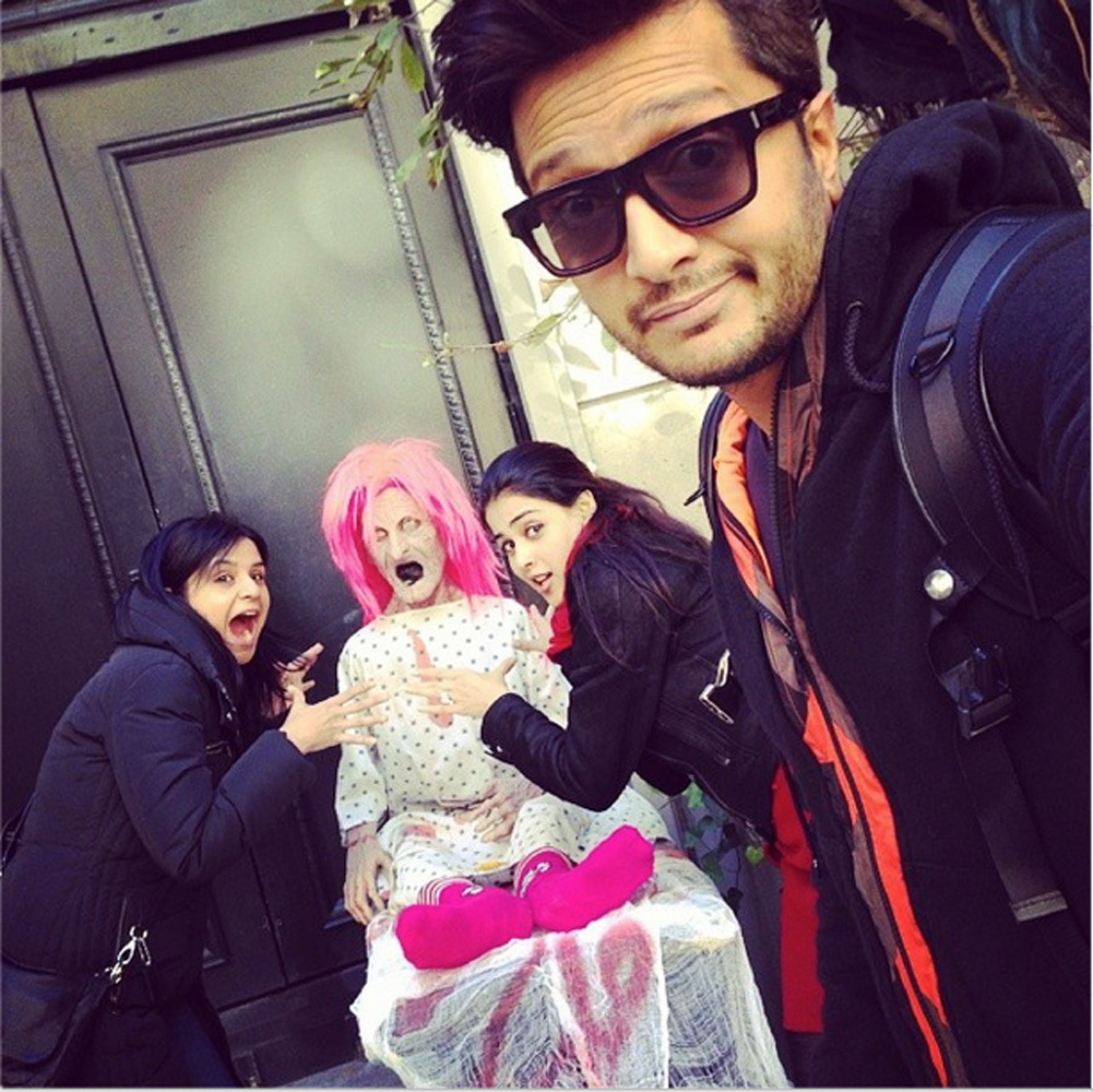 http://onlookersmedia.in/wp-content/uploads/2015/05/Riteish-Deshmukh-Genelia-Family-Stills-Images-Photos-Bollywood-Movie-Onlookers-Media-9.jpg