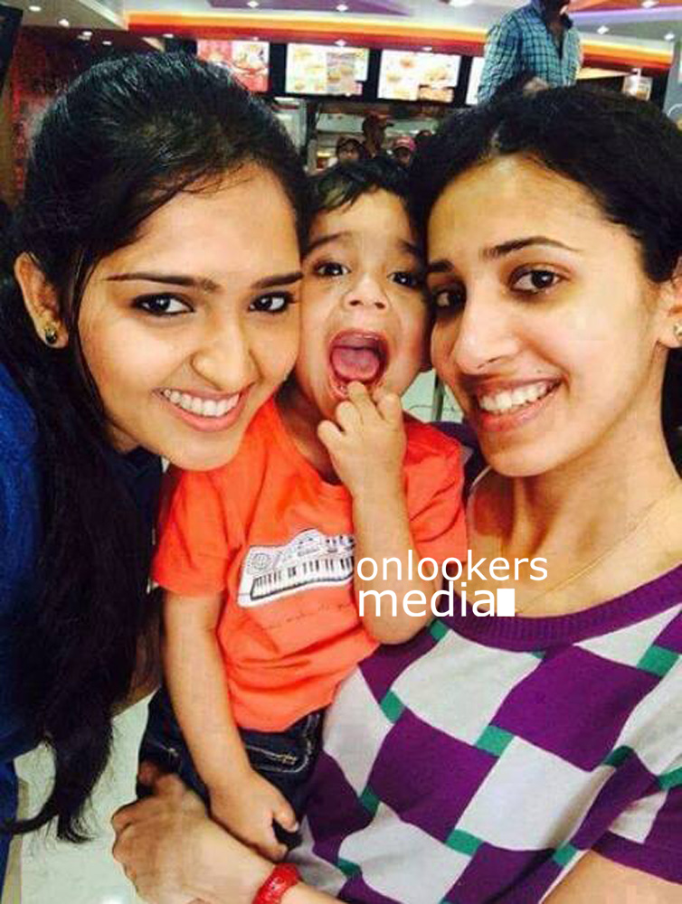 http://onlookersmedia.in/wp-content/uploads/2015/06/Nivin-Pauly-with-wife-Rinna-Joy-Nivin-Pauly-Family-Rare-Unseen-Stills-Images-Photos-Onlookers-Media-6.jpg