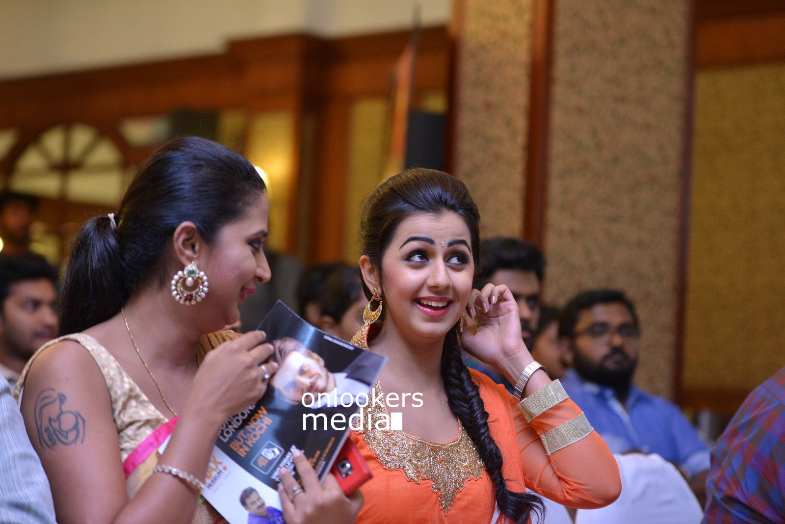 http://onlookersmedia.in/wp-content/uploads/2015/07/Rudra-Simhasanam-Audio-Launch-Stills-Photos-Images-29.jpg