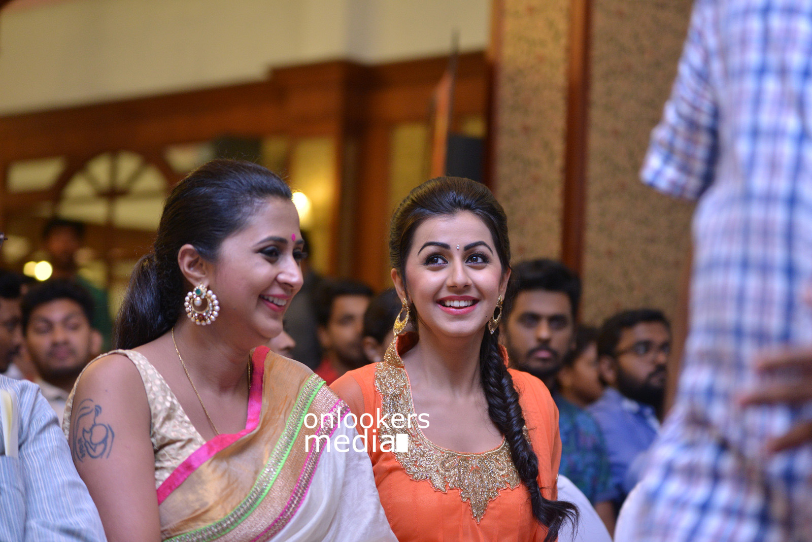 http://onlookersmedia.in/wp-content/uploads/2015/07/Rudra-Simhasanam-Audio-Launch-Stills-Photos-Images-30.jpg