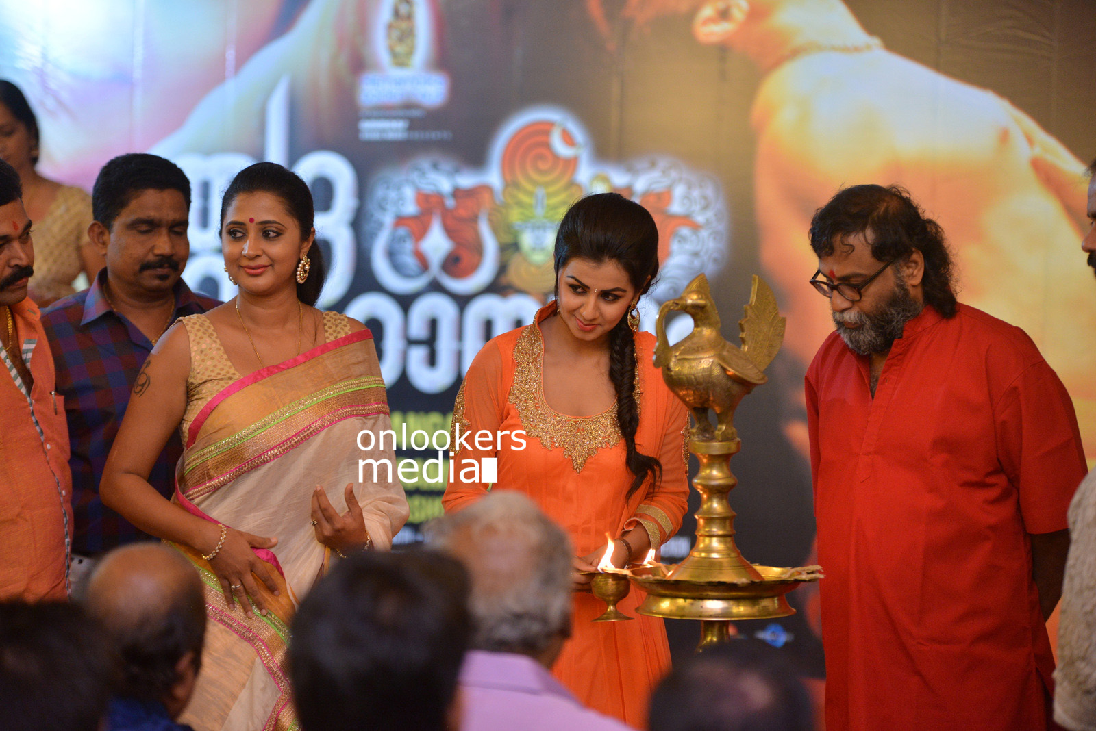 http://onlookersmedia.in/wp-content/uploads/2015/07/Rudra-Simhasanam-Audio-Launch-Stills-Photos-Images-38.jpg