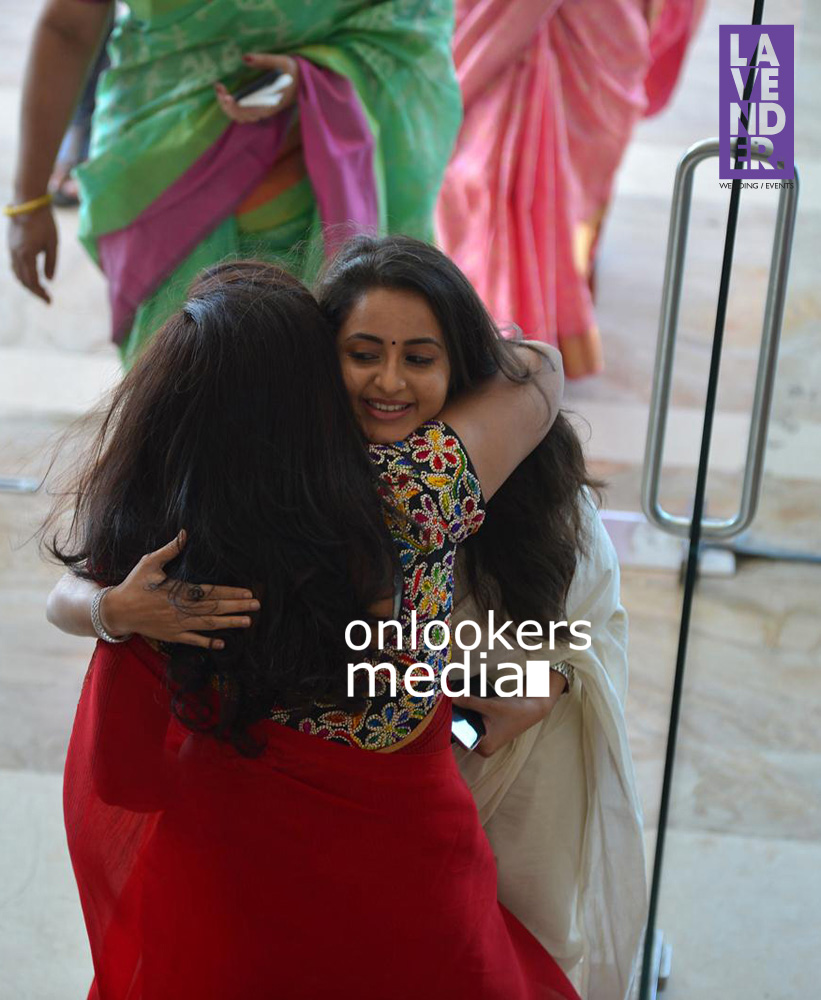 http://onlookersmedia.in/wp-content/uploads/2015/09/Kavya-Madhavan-at-Mukthas-Wedding-Function-Stills-Photo-3.jpg