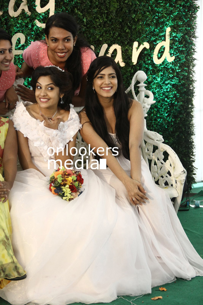 http://onlookersmedia.in/wp-content/uploads/2016/01/Malavika-Mohanan-at-Archana-Kavi-Marriage-Function-25.jpg