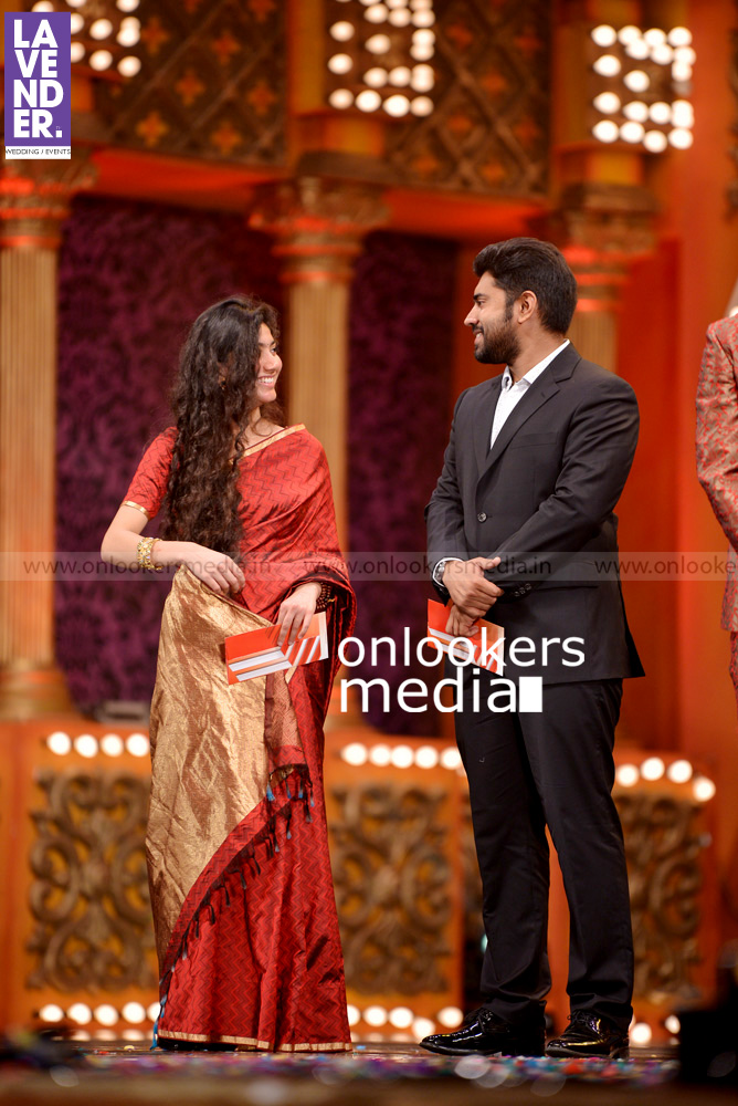 http://onlookersmedia.in/wp-content/uploads/2016/02/Nivin-Pauly-at-Asianet-Film-Award-2016-37.jpg