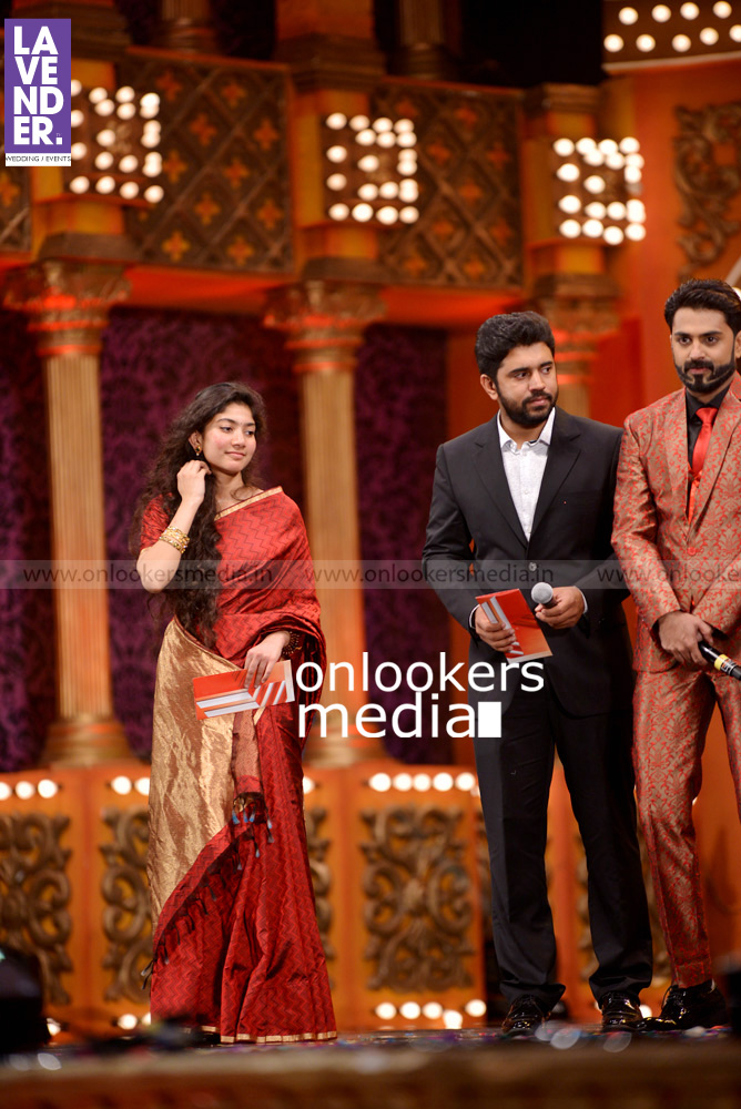 http://onlookersmedia.in/wp-content/uploads/2016/02/Nivin-Pauly-at-Asianet-Film-Award-2016-40.jpg