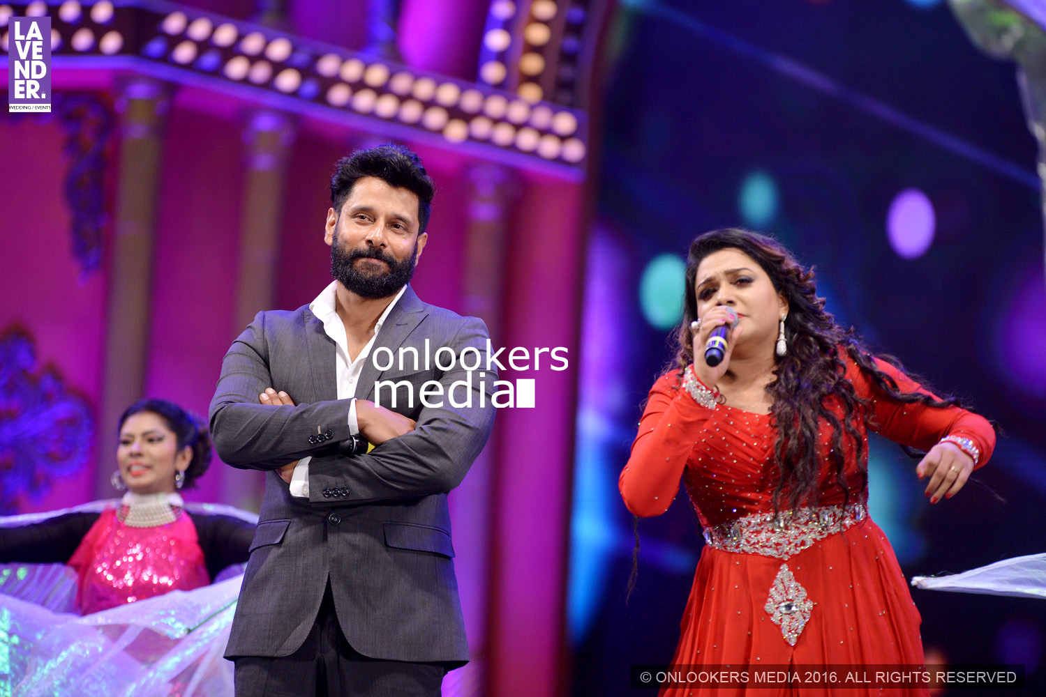 http://onlookersmedia.in/wp-content/uploads/2016/02/Vikram-at-Asianet-Film-Awards-2016-21.jpg