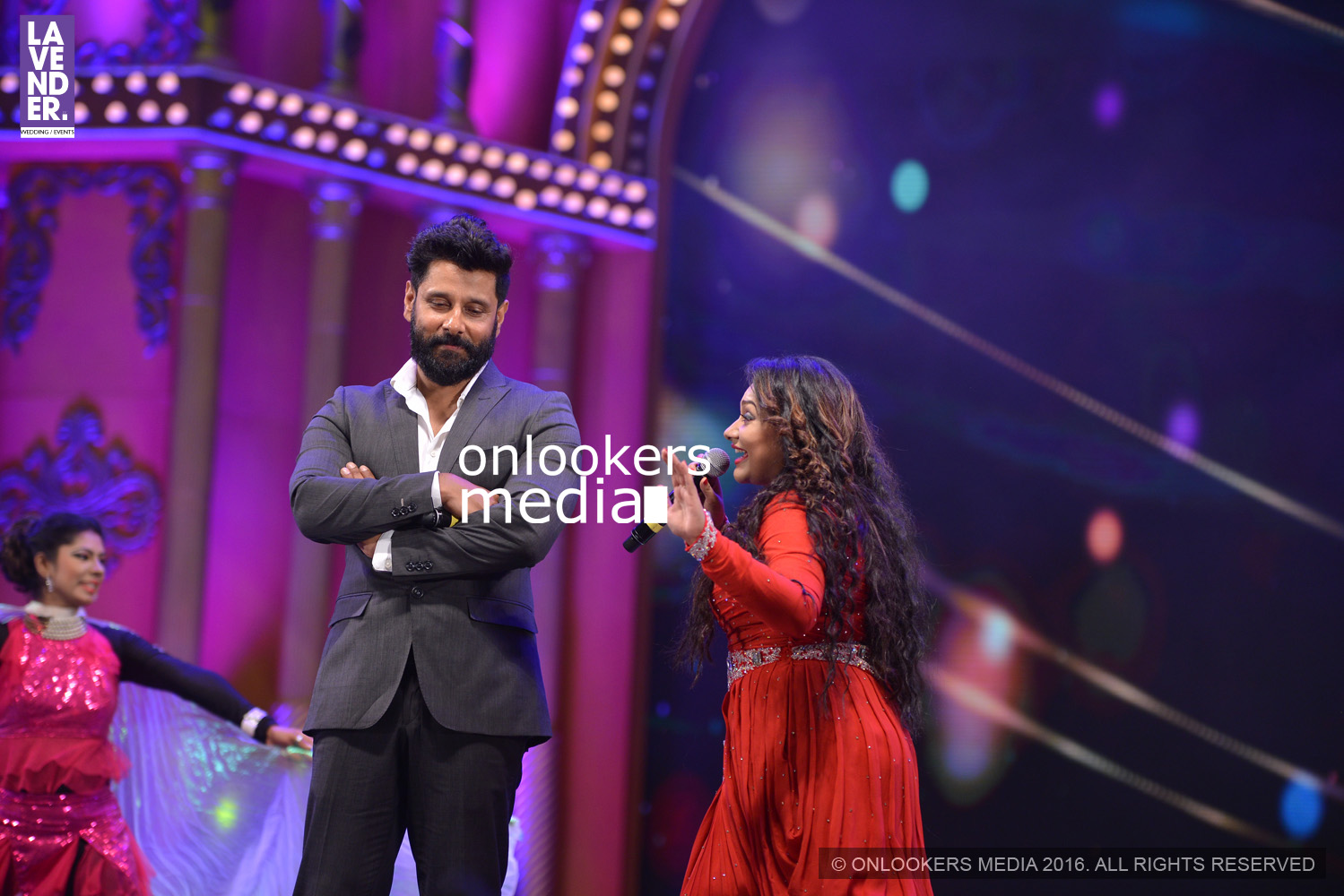 http://onlookersmedia.in/wp-content/uploads/2016/02/Vikram-at-Asianet-Film-Awards-2016-23.jpg