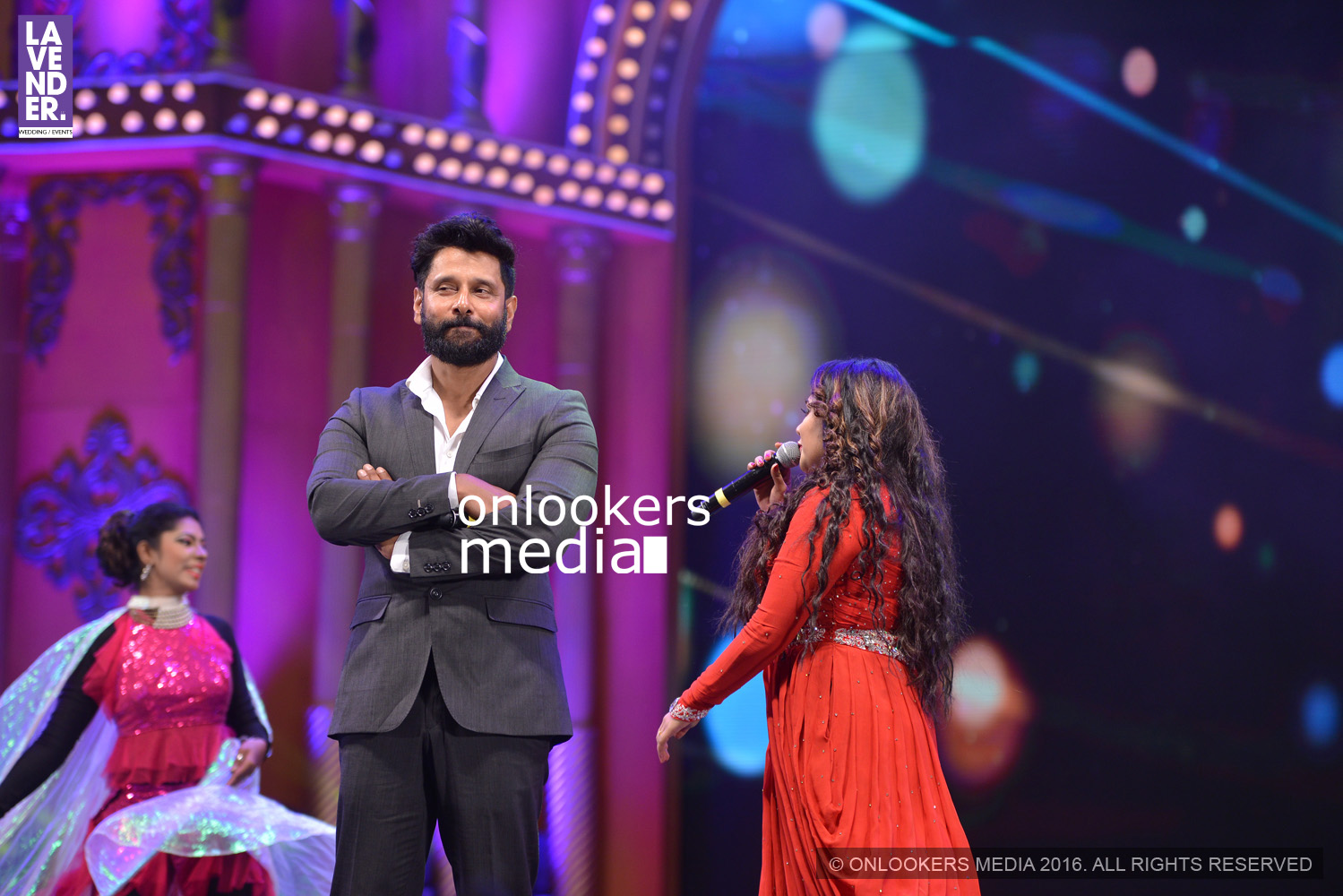 http://onlookersmedia.in/wp-content/uploads/2016/02/Vikram-at-Asianet-Film-Awards-2016-24.jpg
