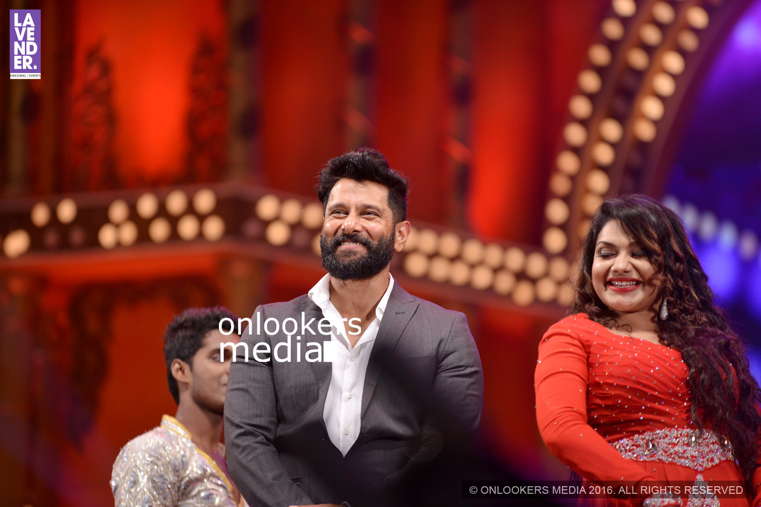 http://onlookersmedia.in/wp-content/uploads/2016/02/Vikram-at-Asianet-Film-Awards-2016-34.jpg