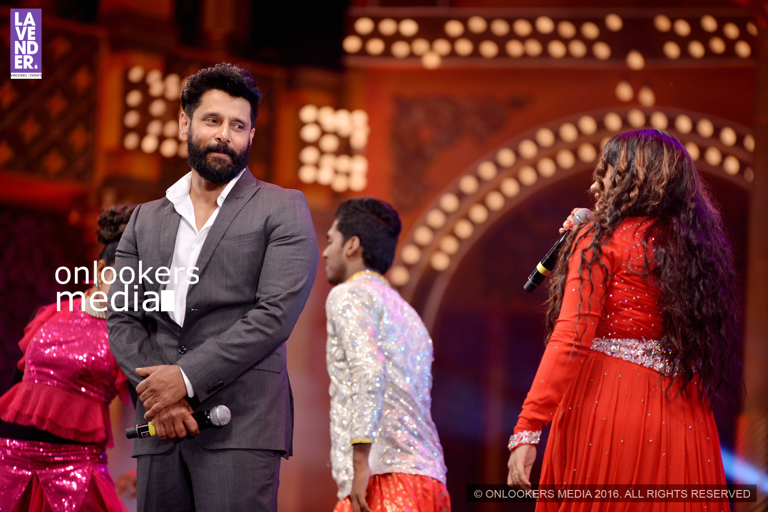 http://onlookersmedia.in/wp-content/uploads/2016/02/Vikram-at-Asianet-Film-Awards-2016-38.jpg