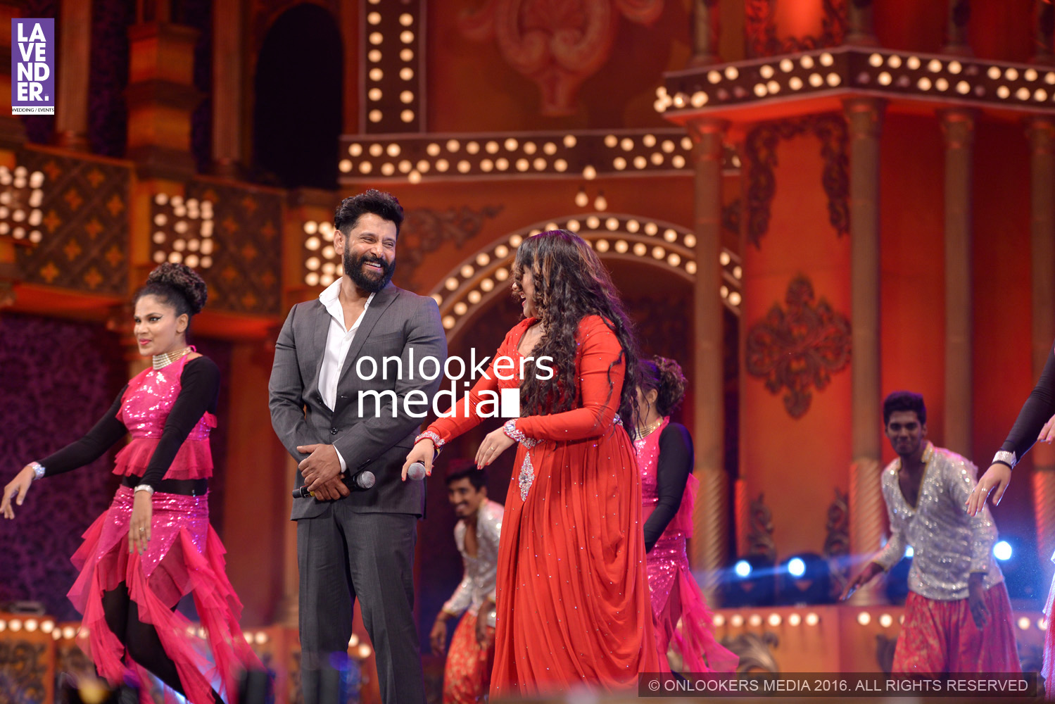 http://onlookersmedia.in/wp-content/uploads/2016/02/Vikram-at-Asianet-Film-Awards-2016-41.jpg