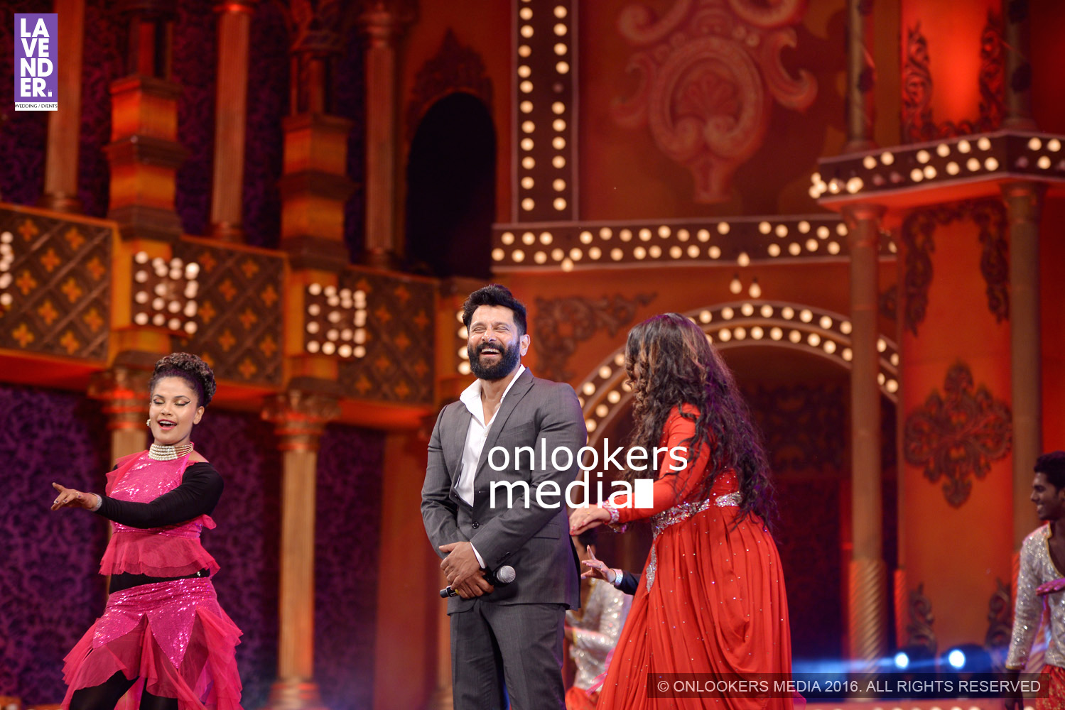 http://onlookersmedia.in/wp-content/uploads/2016/02/Vikram-at-Asianet-Film-Awards-2016-42.jpg