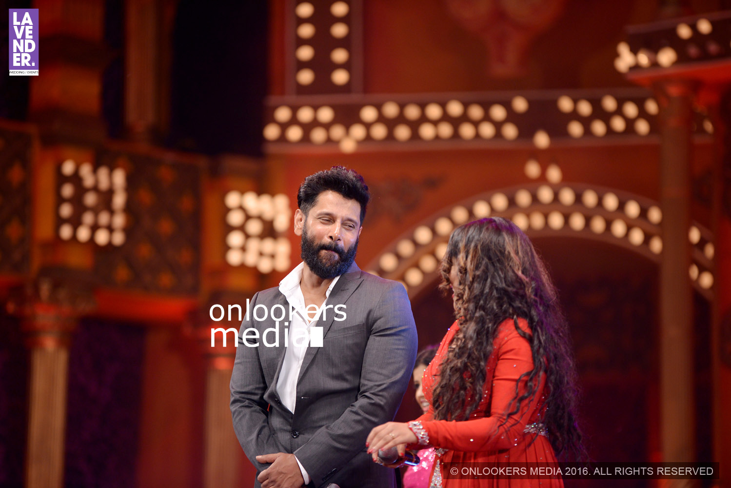 http://onlookersmedia.in/wp-content/uploads/2016/02/Vikram-at-Asianet-Film-Awards-2016-43.jpg