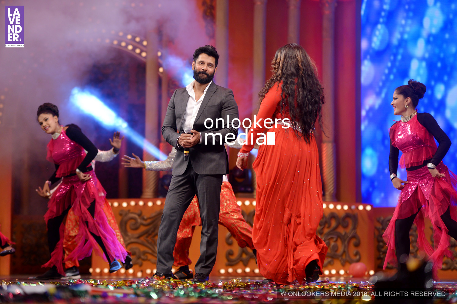 http://onlookersmedia.in/wp-content/uploads/2016/02/Vikram-at-Asianet-Film-Awards-2016-51.jpg