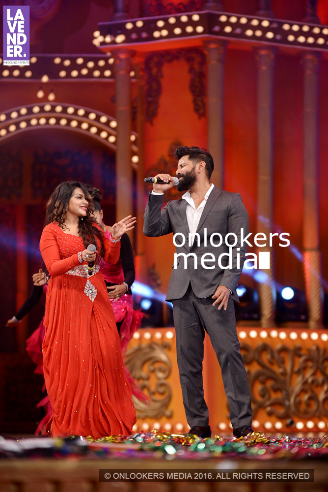 http://onlookersmedia.in/wp-content/uploads/2016/02/Vikram-at-Asianet-Film-Awards-2016-58.jpg