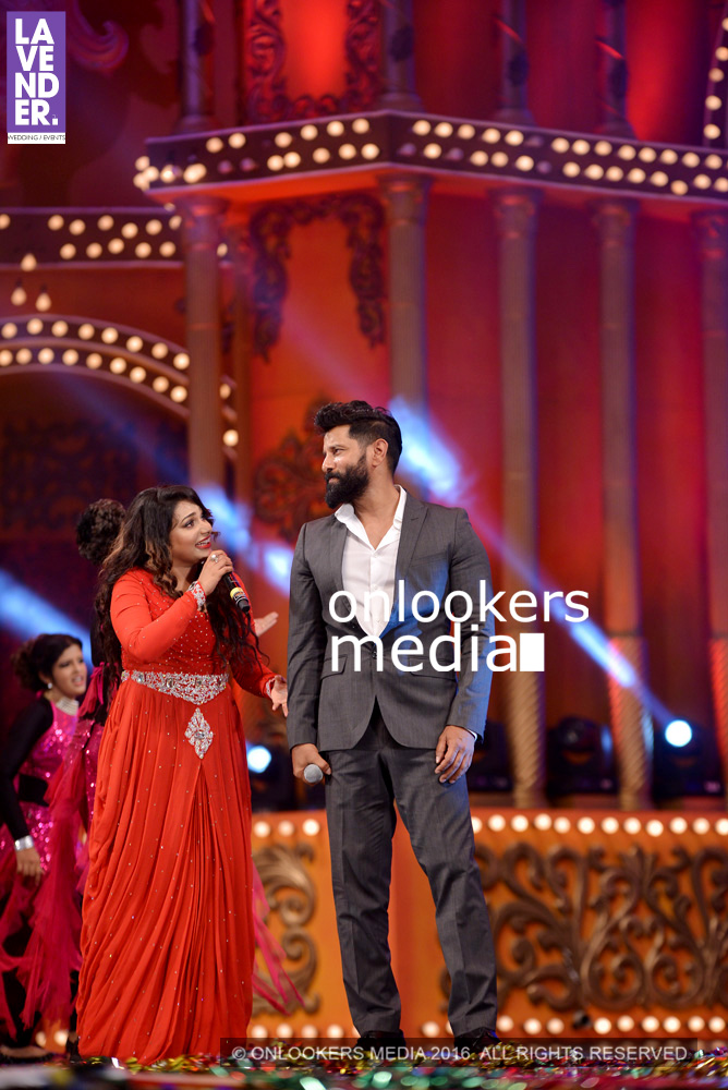 http://onlookersmedia.in/wp-content/uploads/2016/02/Vikram-at-Asianet-Film-Awards-2016-59.jpg