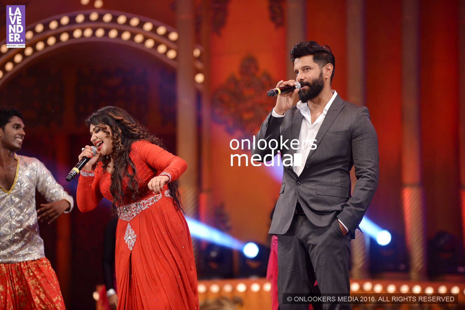 http://onlookersmedia.in/wp-content/uploads/2016/02/Vikram-at-Asianet-Film-Awards-2016-61.jpg