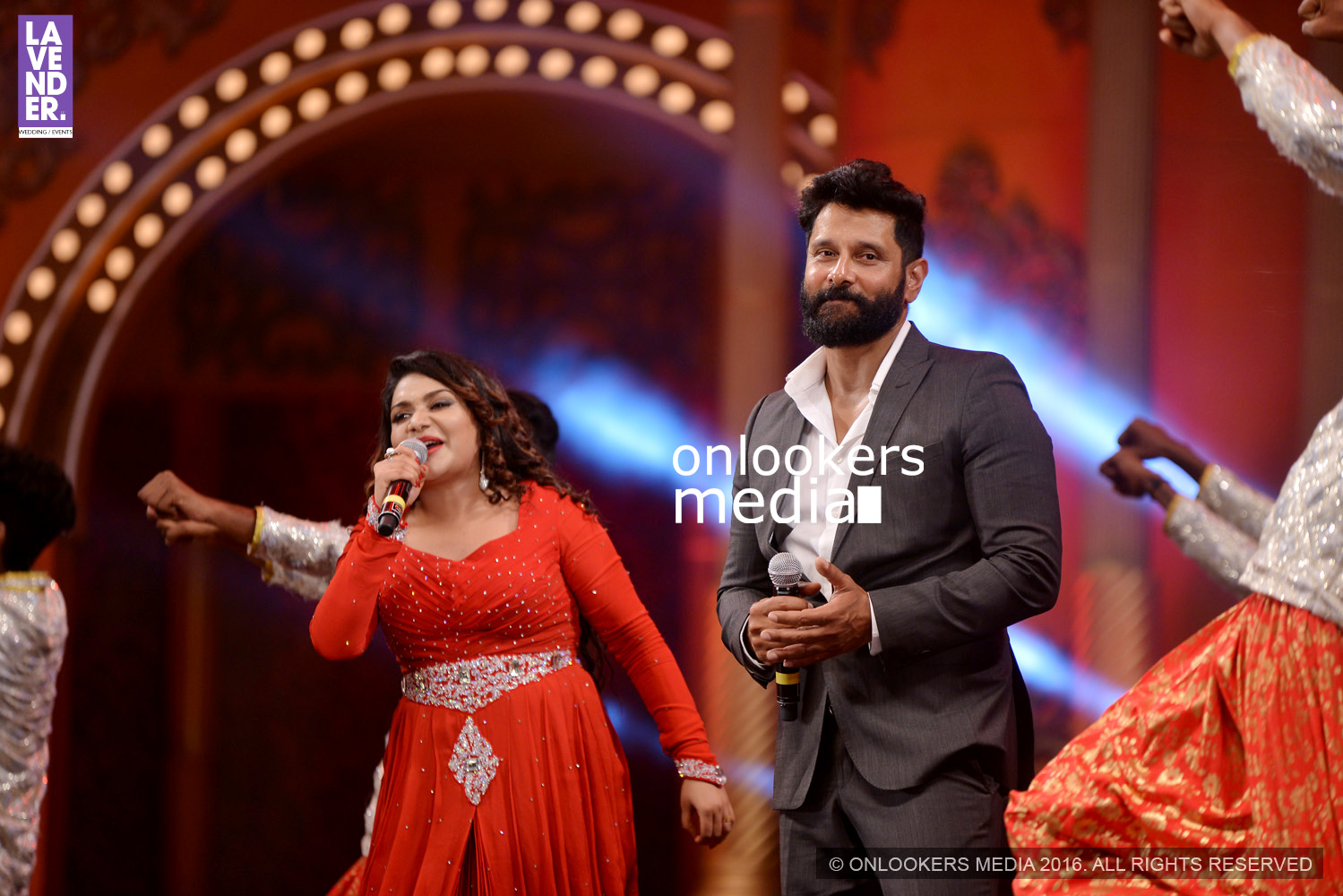 http://onlookersmedia.in/wp-content/uploads/2016/02/Vikram-at-Asianet-Film-Awards-2016-62.jpg