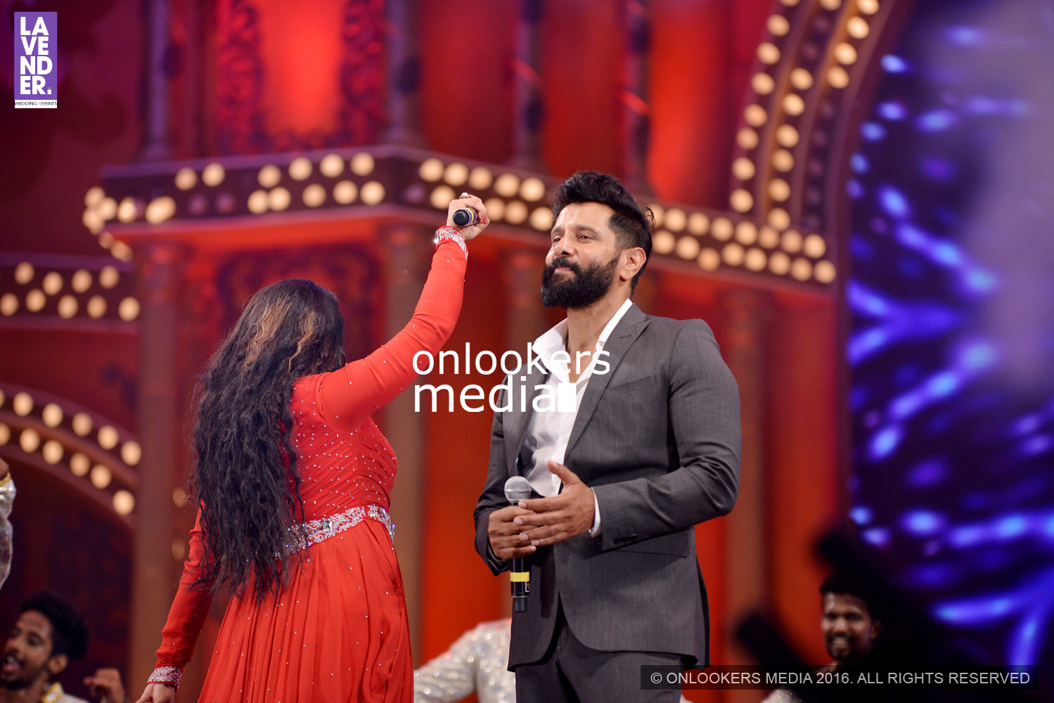 http://onlookersmedia.in/wp-content/uploads/2016/02/Vikram-at-Asianet-Film-Awards-2016-67.jpg